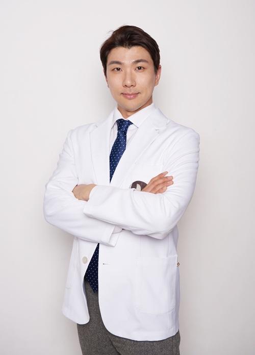 Bác sĩ Jeong Jin Wook hiện là giảng viên khoa Phẫu thuật thẩm mỹ Đại học quốc gia Seoul kiêm trưởng khoa chỉnh hình Bệnh viện Hyundai Aesthetic Plastic Surgery. Ngoài ra, anh còn đứng lớp, đào tạo cho các chuyên gia thẩm mỹ quốc tế, tư vấn, chuyển giao công nghệ hoặc thực hiện những ca khó tại các viện thẩm mỹ 5 sao trên thế giới.