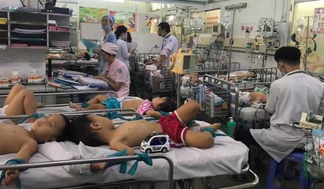 Trẻ nằm ghép điều trị bệnh tay chân miệng tại Bệnh viện Nhi đồng 1 ngày 26/9. Ảnh: L.P