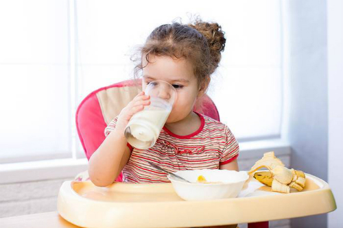 Trẻ mắc tay chân miệng cần ăn những thực phẩm mềm mịn, mát lạnh, như: cháo, sữa, sữa chua, nước ép hoa quả,... Ảnh: Health