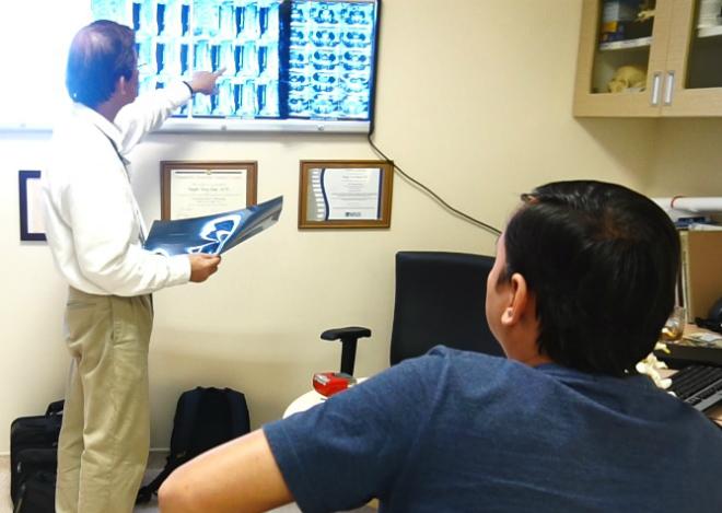 Bệnh nhân được bác sĩ tư vấn điều trị thoát vị đĩa đệm cột sống. Ảnh: M.T