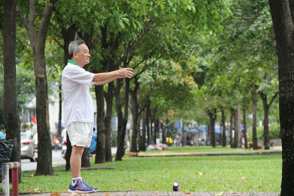 Người lớn tuổi nên tập thể dục với cường độ nhẹ để tránh xảy ra chấn thương. Ảnh: Cẩm Anh