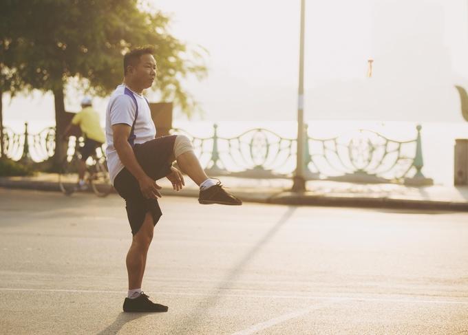 Người Hà Nội tập thể dục ven Hồ Tây
