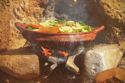 Nấu ăn trong các chậu đất sét giúp bổ sung canxi, phốt pho, sắt, magiê, lưu huỳnh và một số khoáng chất khác vào thực phẩm. Ảnh: Recipes.timesofindia