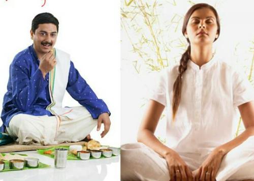 Ngồi trên sàn ăn là một tư thế yoga, giúp xoa bóp các cơ bụng. Ảnh: Recipes.timesofindia