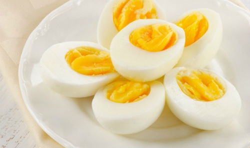 Lòng đỏ và lòng trắng trứng gà chứa lượng protein ngang nhau nên đều bổ dưỡng ngang nhau. Ảnh: Thedailymeal