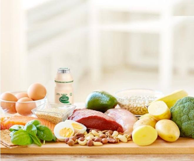 Thịt bò, trứng, các loại hải sản như cua, hàu, cá mòi... giàu kẽm, giúp cơ thể có nhiều kháng thể ngăn ngừa virus cúm xâm nhập. Sữa chua uống men sống giàu lợi khuẩn cũng có tác dụng tăng cường kháng thể.