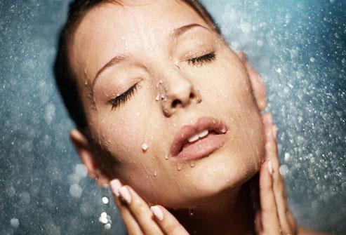 Làn da đẹp tự nhiên khi được cấp đủ nước. Ảnh: WebMD