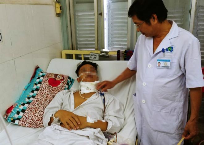 Bác sĩ Trường thăm khám cho bệnh nhân sau phẫu thuật. Ảnh: Lê Phương.