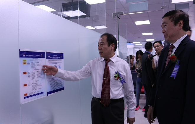 Phó Giáo sư Trần Đắc Phu (trái) và Giáo sư Trần Hiển tham quan, đánh giá cơ sở vật chất tại VNVC Bình Dương.