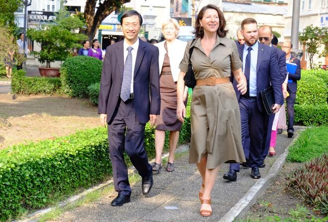 Nữ Bộ trưởng Y tế Pháp (váy xám) thăm Viện Pasteur TP HCM chiều 4/11. Ảnh: H.L