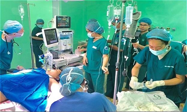 Các bác sĩ cấp cứu cho sản phụ băng huyết sau sinh. Ảnh bệnh viện cung cấp.