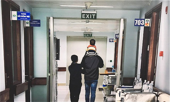 Bé Lâm cùng bố mẹ ở bệnh viện. Ảnh: L.N