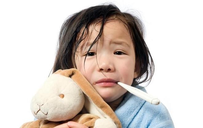 Trẻ sốt xuất huyết cần được hạ sốt đúng cách, nên đưa trẻ đến bệnh viện, cơ sở y tế lớn để thăm khám. Ảnh: WordPress.