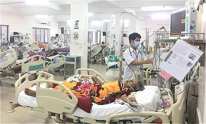 Bệnh nhân đang điêuf trị tại Khoa Hồi sức tích cực, Bệnh viện đa khoa tỉnh Phú Yên. Ảnh: Lê Nga.