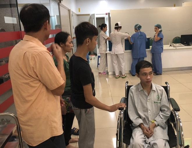 Hoàng Đình Hiện trước giờ vào phòng phẫu thuật thay khớp háng thứ 2. Ảnh: M.T