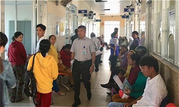Bệnh nhân chờ khám tại Trung tâm y tế huyện Tuy An. Ảnh: Lê Nga.