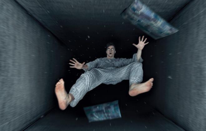 Nhiều người khi bắt đầu ngủ thường giật mình vì gặp ảo giác cơ thể bị rơi xuống. Ảnh: SW