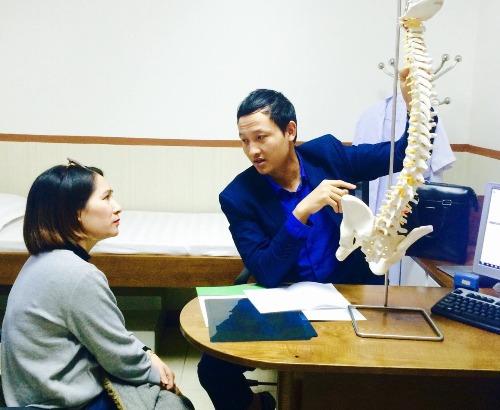 Bác sĩ Khánh khám và tư vấn bệnh cho bệnh nhân. Ảnh: NVCC