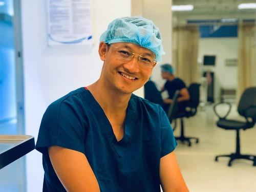 Bác sĩ Trần Quốc Khánh là bác sĩ chuyên phẫu thuật cột sống tại Bệnh viện Việt Đức. Ảnh: NVCC