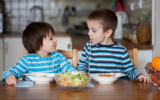 Cho trẻ ănnhiều rau quả, trái cây, uống sữa để tăng cường sức đề kháng.
