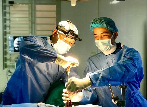 Các bác sĩ đang mổ cho bệnh nhân.