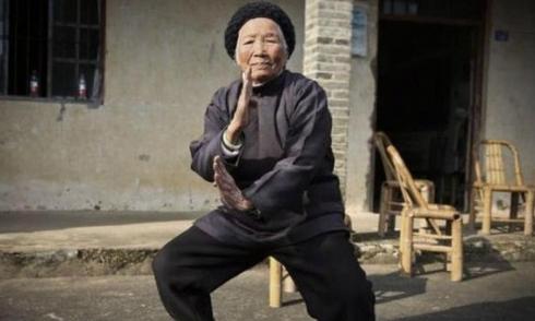 cu-ba-94-tuoi-mua-kungfu-dieu-luyen