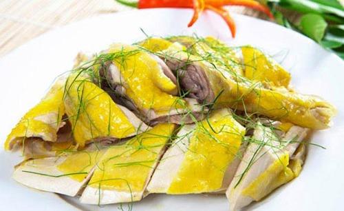 Da gà chứa nhiều chất béo và hàm lượng cholesterol cao, có hại cho sức khỏe.