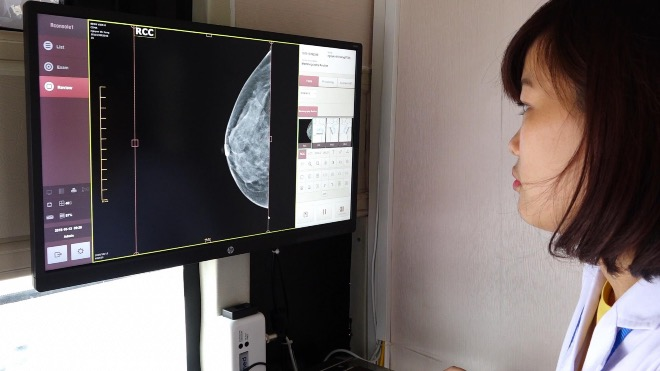 Phụ nữ Việt nên đi tầm soát ung thư vú sớm. Ảnh: Lê Nga.