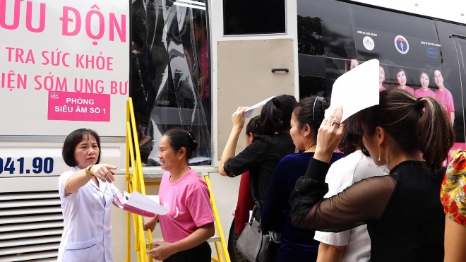 Chị em tầm soát ung thư vú miễn phí tại Bắc Ninh. Ảnh: Lê Nga.