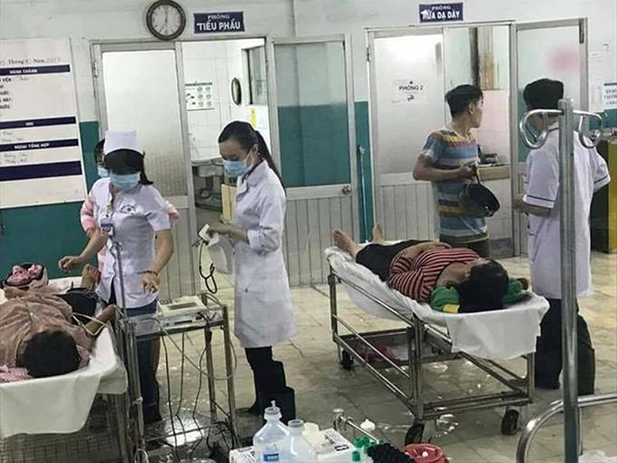 Bác sĩ Sài Gòn mang ủng lội nước cấp cứu bệnh nhân