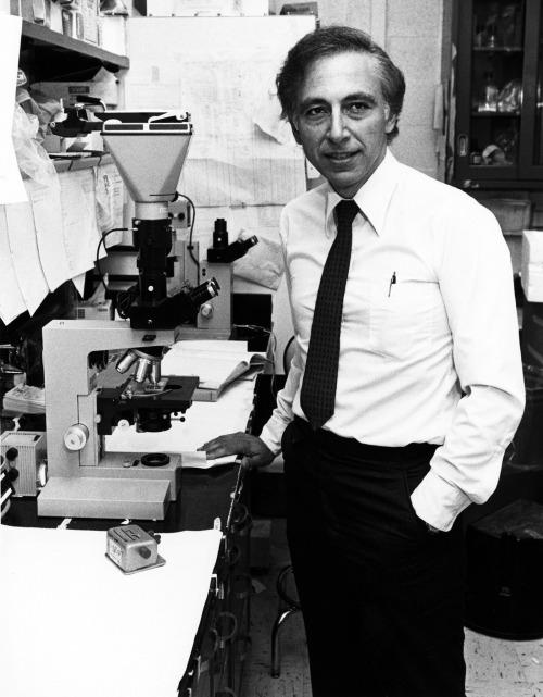 Nhà khoa học Robert Gallo trong phòng thí nghiệm. Ảnh: BP.