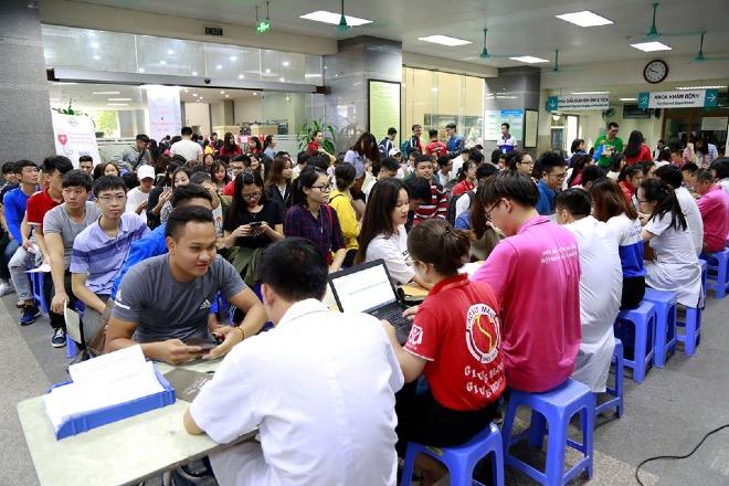 Nhiều người đến từ snags sớm để đăng ký hiến máu. Ảnh: C.T