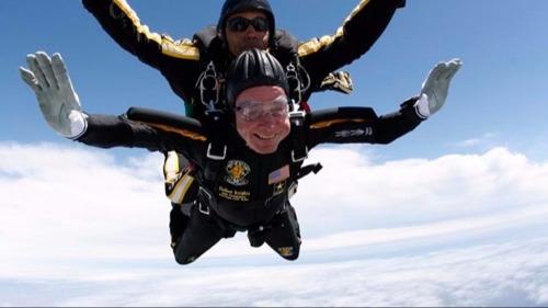 Bush cha đam mê nhảy dù. Ảnh: KHOU.com.
