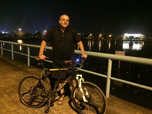 Người đàn ông Anh giảm 35 kg nhờ đạp xe đêm quanh hồ Tây - ảnh 1