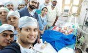15 bác sĩ mổ tách cặp song sinh dính liền ở Ấn Độ