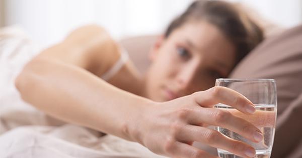 Uống nước sau khi ngủ dậy là cách để cải thiện sức khỏe, làm đẹp. Ảnh: WPE