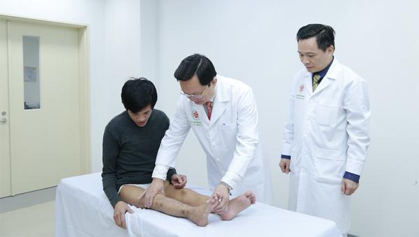 Đôi chân của Hùng đã được kéo thẳng sau 3 lần phẫu thuật. Ảnh: A.N.