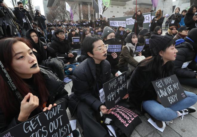 Các nhóm phụ nữ tham gia cuộc biểu tình đen để hợp pháp hóa việc phá thai được tổ chức tại công viên đường phố Seoul vào ngày 2 tháng 12. Ảnh: Hankyoreh