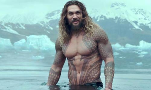 Jason khoe thân hình lực lưỡng trong vai Đế vương Atlantis. Ảnh: Mashable.