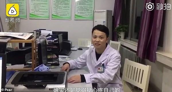 Bác sĩ kiệt sức nằm thiếp bên giường bệnh nhân - ảnh 2