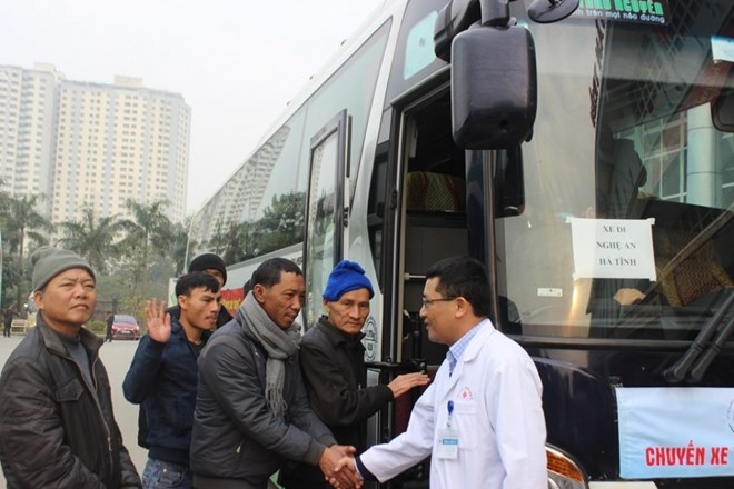 Bệnh viện tổ chức xe chở bệnh nhân về quê ăn Tết - ảnh 1