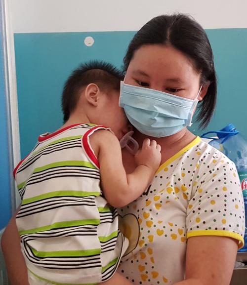 Thai phụ và con trai cùng mắc bệnh sởi phải nhập viện. Ảnh: Lê Phương.