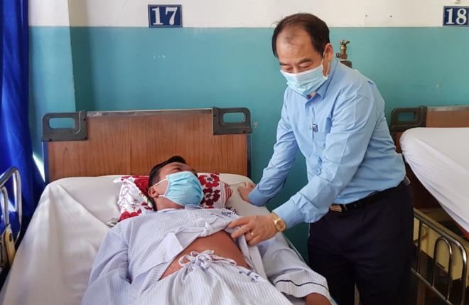 Phó giáo sư Trần Đắc Phu thăm bệnh nhân sởi tại Bệnh viện Bệnh Nhiệt đới TP HCM ngày 21/1. Ảnh: Lê Phương.