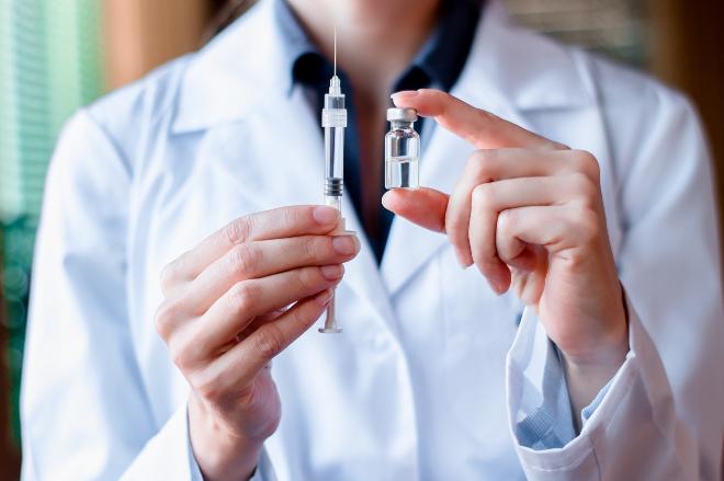 Việc tiêm ngừa vắcxin ngừa ung thư cổ tử cung nên được đặt lên hàng đầu trong kế hoạch của năm mới ngay từ hôm nay, để phụ nữ thêm yên tâm vun vén hạnh phúc gia đình. Ảnh: Shutterstock