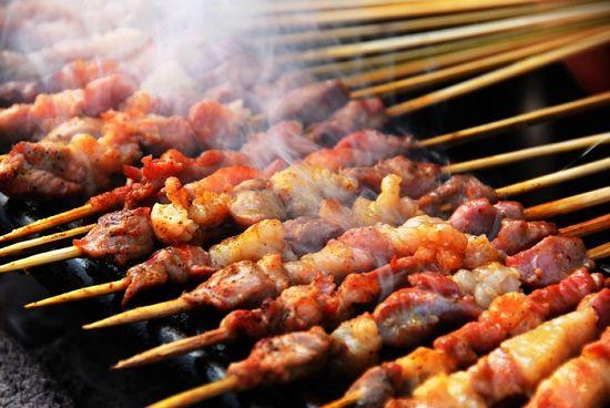 Ăn quá nhiều đồ nướng làm tăng nguy cơ ung thư. Ảnh: China Xinjiang.