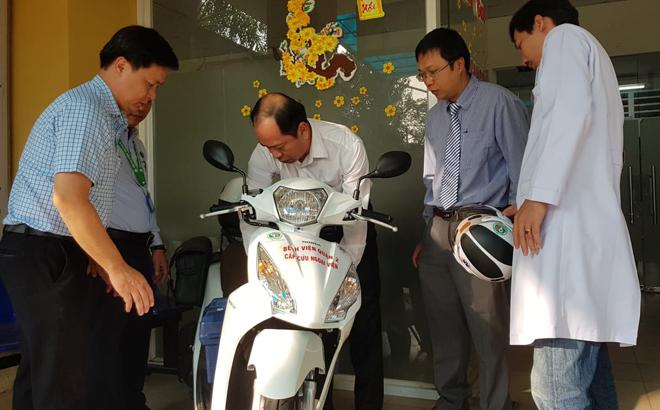 Phó giáo sư Tăng Chí Thượng, Phó giám đốc Sở Y tế TP HCM (ở giữa) kiểm tra những phương tiện trên xe cứu thương. Ảnh: Lê Phương.