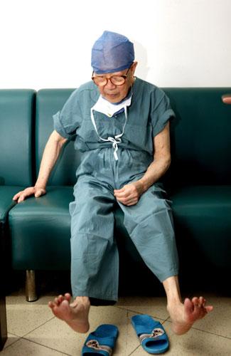 Bác sĩ 96 tuổi vẫn hàng ngày phẫu thuật cứu người - ảnh 2