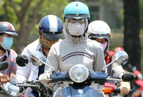 Bức xạ tia cực tím tại TP HCM đang ở mức rất cao, cần che chắn kỹ khi ra đường. Ảnh: Thành Nguyễn.