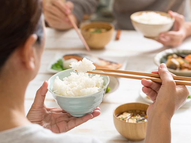 Ăn quá nhanh hoặc quá lâu đềukhông tốt cho hệ tiêu hóa. Ảnh: Healthline