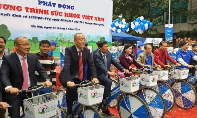 HLV Park cũng các lãnh đạo Bộ Y tế đạp xe hưởng ứng chương trình Sức khoẻ Việt Nam. Ảnh: Tuấn Dũng.